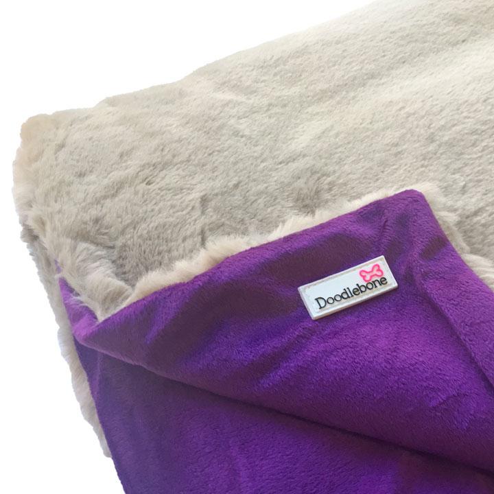 Luxusní měkká deka Doodlebone Purple pro psy pre psov